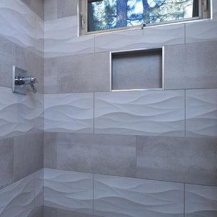 Diseño de cuarto de baño con ducha, clásico renovado, de tamaño medio, con armarios estilo shaker, puertas de armario grises, ducha empotrada, sanitario de dos piezas, baldosas y/o azulejos grises, baldosas y/o azulejos de cemento, paredes beige, suelo de baldosas de porcelana, lavabo bajoencimera y encimera de cuarzo compacto