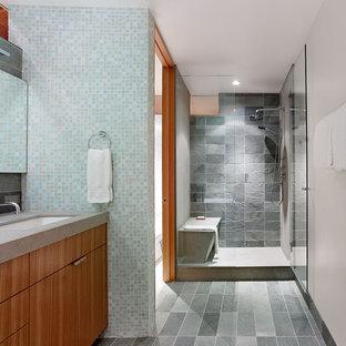 Imagen de cuarto de baño actual con lavabo bajoencimera y baldosas y/o azulejos de pizarra