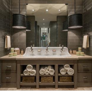 Ispirazione per una stanza da bagno con doccia moderna di medie dimensioni con piastrelle grigie, nessun'anta, ante marroni, piastrelle di vetro, pareti grigie, pavimento in pietra calcarea, lavabo rettangolare e top in quarzo composito
