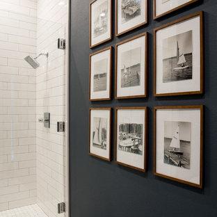 小さいビーチスタイルのおしゃれなバスルーム (浴槽なし) (シェーカースタイル扉のキャビネット、中間色木目調キャビネット、アルコーブ型シャワー、分離型トイレ、白いタイル、セラミックタイル、黒い壁、セメントタイルの床、アンダーカウンター洗面器、クオーツストーンの洗面台、マルチカラーの床、開き戸のシャワー) の写真