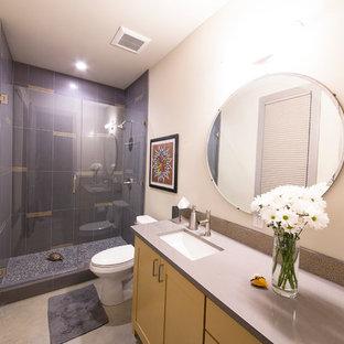 Стильный дизайн: детская ванная комната среднего размера в современном стиле с столешницей из ламината, раздельным унитазом, бежевыми стенами, бетонным полом, фасадами в стиле шейкер, желтыми фасадами, душем в нише, серой плиткой, керамогранитной плиткой и врезной раковиной - последний тренд