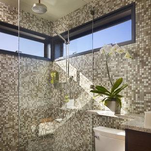Foto di una piccola stanza da bagno moderna con ante lisce, ante marroni, doccia a filo pavimento, WC monopezzo, piastrelle beige, piastrelle in ceramica, pareti beige, pavimento in gres porcellanato, lavabo sottopiano, top in granito, pavimento verde, doccia aperta e top beige