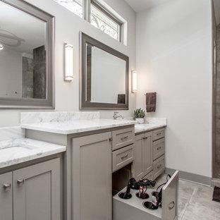 Ejemplo de cuarto de baño principal, contemporáneo, grande, con armarios estilo shaker, puertas de armario grises, bañera exenta, ducha doble, baldosas y/o azulejos grises, paredes grises, suelo de cemento, lavabo bajoencimera, encimera de mármol, suelo gris, ducha abierta y encimeras grises