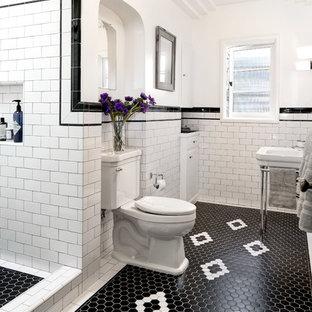Immagine di una stanza da bagno vittoriana di medie dimensioni con doccia alcova, WC a due pezzi, pistrelle in bianco e nero, piastrelle in ceramica, pareti bianche, pavimento con piastrelle in ceramica, lavabo a colonna, pavimento nero e doccia con tenda