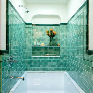 Ispirazione per una stanza da bagno padronale mediterranea di medie dimensioni con vasca sottopiano, vasca/doccia, piastrelle verdi, piastrelle in ceramica, pareti beige e doccia aperta