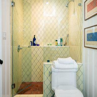 Immagine di una piccola stanza da bagno con doccia mediterranea con doccia alcova, WC a due pezzi, piastrelle gialle, piastrelle in ceramica, pareti bianche, pavimento con piastrelle in ceramica e lavabo sospeso