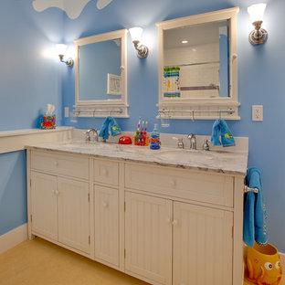 シアトルのトラディショナルスタイルのおしゃれな子供用バスルーム (大理石の洗面台、青い壁) の写真