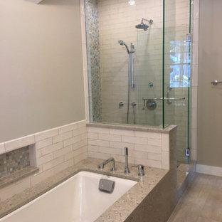 Inspiration för ett mellanstort vintage en-suite badrum, med ett undermonterat badkar, en dusch i en alkov, en toalettstol med separat cisternkåpa, beige kakel, porslinskakel, beige väggar, ljust trägolv, beiget golv och dusch med gångjärnsdörr