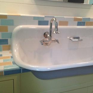 Foto di una stanza da bagno per bambini country con ante a filo, ante gialle, piastrelle multicolore, piastrelle di cemento, pareti bianche, lavabo rettangolare e top piastrellato