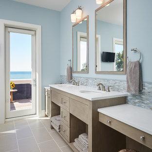 Ispirazione per una stanza da bagno padronale stile marino con nessun'anta, ante in legno chiaro, piastrelle multicolore, piastrelle a mosaico, pareti blu e lavabo sottopiano