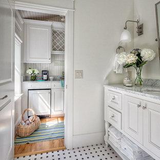 Esempio di una stanza da bagno chic di medie dimensioni con ante a filo, ante bianche, pareti bianche, pavimento in gres porcellanato, lavabo sottopiano e top in marmo