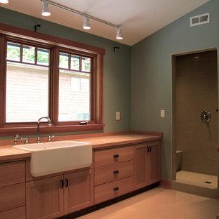 Esempio di una stanza da bagno con doccia stile americano di medie dimensioni con ante in stile shaker, ante in legno scuro, WC monopezzo, pareti marroni, pavimento con piastrelle in ceramica, top in legno e pavimento beige