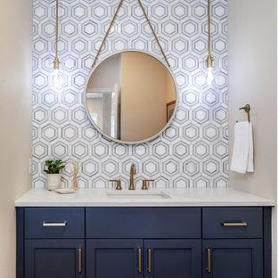 Idéer för små funkis vitt badrum, med skåp i shakerstil, blå skåp, grå kakel, marmorkakel, grå väggar, mellanmörkt trägolv, ett undermonterad handfat, bänkskiva i kvarts och brunt golv