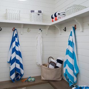 Foto de cuarto de baño con ducha, marinero, extra grande, con armarios con puertas mallorquinas, puertas de armario blancas, ducha abierta, baldosas y/o azulejos beige, suelo de baldosas tipo guijarro y encimera de cuarzo compacto
