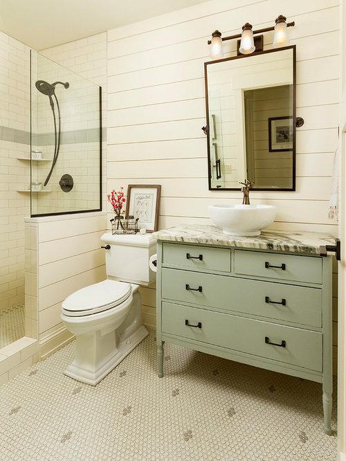 Mittelgroßes Landhausstil Duschbad Mit Offener Dusche, Wandtoilette Mit  Spülkasten, Weißen Fliesen, Metrofliesen,