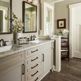 Immagine di una stanza da bagno padronale classica di medie dimensioni con consolle stile comò, ante grigie, doccia doppia, WC a due pezzi, piastrelle grigie, piastrelle diamantate, pareti bianche, pavimento con piastrelle a mosaico, lavabo sottopiano e top in marmo