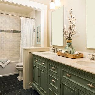 Immagine di una stanza da bagno chic di medie dimensioni con consolle stile comò, ante verdi, vasca ad alcova, vasca/doccia, WC a due pezzi, piastrelle bianche, piastrelle diamantate, pareti beige, pavimento in ardesia, lavabo sottopiano e top in marmo