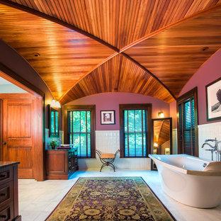 Esempio di una grande stanza da bagno padronale classica con vasca freestanding, pareti rosa, consolle stile comò, ante in legno scuro, lavabo a bacinella, piastrelle bianche, piastrelle in ceramica, pavimento in gres porcellanato e pavimento grigio