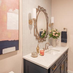 Esempio di una stanza da bagno con doccia etnica di medie dimensioni con ante a filo, ante blu, doccia aperta, piastrelle blu, piastrelle di vetro, pareti rosa, parquet chiaro, lavabo sottopiano, top in quarzite, pavimento marrone, porta doccia a battente e top bianco