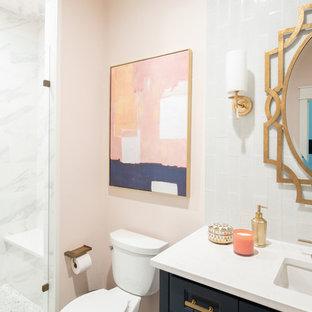 Ispirazione per una stanza da bagno con doccia etnica di medie dimensioni con ante a filo, ante blu, doccia aperta, piastrelle blu, piastrelle di vetro, pareti rosa, parquet chiaro, lavabo sottopiano, top in quarzite, pavimento marrone, porta doccia a battente e top bianco