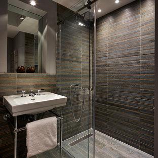Immagine di una stanza da bagno contemporanea con doccia a filo pavimento, pareti grigie, lavabo a consolle, pavimento grigio e porta doccia scorrevole