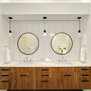 Idéer för vintage vitt en-suite badrum, med släta luckor, skåp i mellenmörkt trä, vit kakel, keramikplattor, klinkergolv i porslin, bänkskiva i kvarts och svart golv