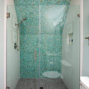 Modelo de cuarto de baño rústico con lavabo bajoencimera, ducha empotrada, sanitario de dos piezas, baldosas y/o azulejos azules, paredes verdes y suelo de baldosas de cerámica