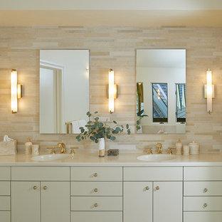 Idéer för att renovera ett vintage beige beige en-suite badrum, med släta luckor, beige skåp, beige kakel, beige väggar, ett integrerad handfat och beiget golv