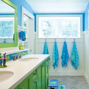 Foto di una stanza da bagno per bambini stile marinaro con ante verdi, piastrelle multicolore, pavimento con piastrelle in ceramica, lavabo sottopiano, ante con riquadro incassato, piastrelle in pietra e pareti blu