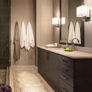 Пример оригинального дизайна: главная ванная комната среднего размера в стиле модернизм с плоскими фасадами, темными деревянными фасадами, открытым душем, серыми стенами, полом из керамогранита, врезной раковиной и столешницей из талькохлорита