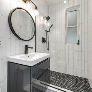 Ejemplo de cuarto de baño con ducha, contemporáneo, pequeño, con armarios tipo mueble, puertas de armario grises, bañera empotrada, ducha abierta, sanitario de una pieza, baldosas y/o azulejos blancos, baldosas y/o azulejos de porcelana, suelo de baldosas de porcelana, encimera de acrílico, suelo negro, ducha abierta, encimeras blancas y lavabo integrado