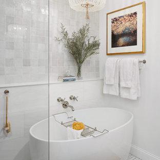 Diseño de cuarto de baño principal, clásico renovado, de tamaño medio, con armarios tipo mueble, puertas de armario con efecto envejecido, bañera exenta, ducha abierta, sanitario de una pieza, baldosas y/o azulejos blancos, baldosas y/o azulejos de terracota, paredes blancas, suelo de mármol, lavabo sobreencimera, encimera de cuarzo compacto, suelo blanco y encimeras blancas