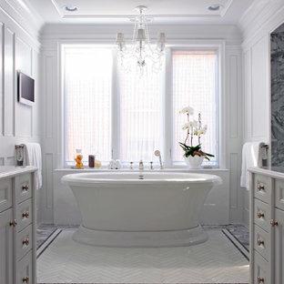 Inspiration pour une très grand salle de bain principale traditionnelle avec un lavabo encastré, un placard avec porte à panneau encastré, des portes de placard blanches, un plan de toilette en marbre, une baignoire indépendante, une douche à l'italienne, un WC séparé, un carrelage blanc, un carrelage de pierre, un mur blanc et un sol en marbre.
