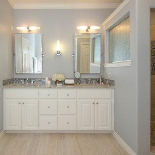 Idee per una stanza da bagno padronale tradizionale di medie dimensioni con ante con bugna sagomata, ante bianche, doccia alcova, piastrelle blu, piastrelle in travertino, pareti blu, pavimento in travertino, lavabo sottopiano e top in granito