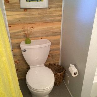 Ispirazione per una piccola stanza da bagno con doccia country con WC a due pezzi, pareti bianche, pavimento in gres porcellanato, doccia alcova, piastrelle bianche, piastrelle diamantate, doccia con tenda e pavimento grigio