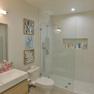 Mittelgroßes Modernes Badezimmer mit flächenbündigen Schrankfronten, hellen Holzschränken, Duschnische, Toilette mit Aufsatzspülkasten, weißen Fliesen, Mosaikfliesen, weißer Wandfarbe, Porzellan-Bodenfliesen und Wandwaschbecken in Los Angeles