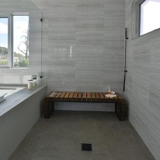 Exempel på ett stort modernt en-suite badrum, med öppna hyllor, svarta skåp, en jacuzzi, en dusch i en alkov, grå väggar, ett avlångt handfat och bänkskiva i akrylsten
