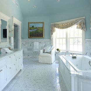 Immagine di una grande stanza da bagno padronale chic con lavabo sottopiano, consolle stile comò, ante bianche, vasca da incasso, piastrelle bianche, top in marmo, pareti blu, doccia alcova, WC a due pezzi, piastrelle in pietra, pavimento in marmo e top grigio