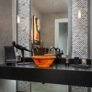 Immagine di una stanza da bagno con doccia design di medie dimensioni con ante nere, lavabo a bacinella, top in zinco, nessun'anta, piastrelle a mosaico, pareti grigie, pavimento con piastrelle in ceramica e pavimento grigio