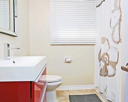 Salle de bain avec des portes de placard rouges et un sol for Baignoire lavabo integre