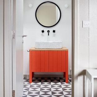 Mittelgroßes Nordisches Duschbad mit verzierten Schränken, roten Schränken, weißer Wandfarbe, Porzellan-Bodenfliesen, Waschtischkonsole, Waschtisch aus Holz und buntem Boden in Oxfordshire