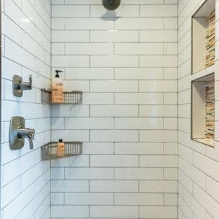 Imagen de cuarto de baño infantil, moderno, grande, con armarios con paneles empotrados, puertas de armario de madera en tonos medios, ducha doble, sanitario de una pieza, baldosas y/o azulejos blancos, baldosas y/o azulejos de porcelana, parades naranjas, suelo de baldosas de porcelana, lavabo bajoencimera, encimera de cuarzo compacto, suelo gris, ducha con puerta con bisagras y encimeras blancas