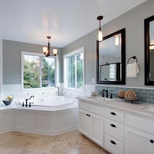 Idee per una grande stanza da bagno classica con ante con riquadro incassato, ante bianche, vasca ad alcova, pareti grigie, pavimento in pietra calcarea, lavabo sottopiano, top in marmo, pavimento beige, porta doccia a battente e top bianco