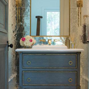Imagen de cuarto de baño con ducha, romántico, de tamaño medio, con armarios tipo mueble, puertas de armario azules, lavabo encastrado, baldosas y/o azulejos con efecto espejo, suelo de baldosas de cerámica, encimera de cuarzo compacto y suelo gris