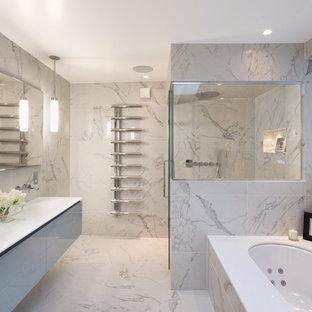 Imagen de cuarto de baño principal, contemporáneo, con lavabo suspendido, armarios con paneles lisos, jacuzzi y baldosas y/o azulejos de mármol