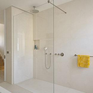 Mittelgroßes Modernes Badezimmer En Suite mit offenen Schränken, dunklen Holzschränken, offener Dusche, farbigen Fliesen, bunten Wänden, Porzellan-Bodenfliesen, Sockelwaschbecken, Granit-Waschbecken/Waschtisch, weißem Boden und offener Dusche in London