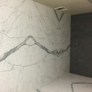 Modelo de cuarto de baño principal, moderno, extra grande, con baldosas y/o azulejos blancos, baldosas y/o azulejos de porcelana y suelo de baldosas de porcelana