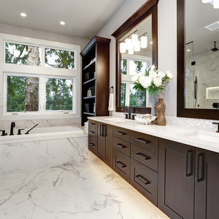 Idéer för ett stort modernt vit en-suite badrum, med skåp i shakerstil, bruna skåp, ett platsbyggt badkar, en kantlös dusch, en toalettstol med separat cisternkåpa, vit kakel, porslinskakel, vita väggar, klinkergolv i porslin, ett undermonterad handfat, bänkskiva i kvarts, vitt golv och dusch med gångjärnsdörr