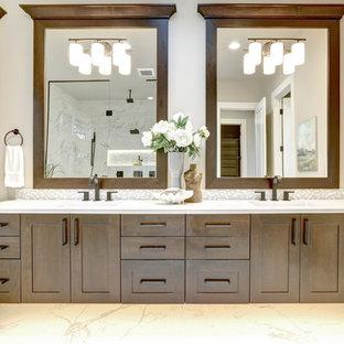 Idéer för stora vintage vitt en-suite badrum, med skåp i shakerstil, vit kakel, klinkergolv i porslin, ett undermonterad handfat, bänkskiva i kvarts, vitt golv, skåp i mörkt trä, tunnelbanekakel och beige väggar