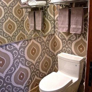 Immagine di una piccola stanza da bagno per bambini classica con WC monopezzo, piastrelle multicolore, piastrelle in pietra, pareti multicolore e pavimento in travertino